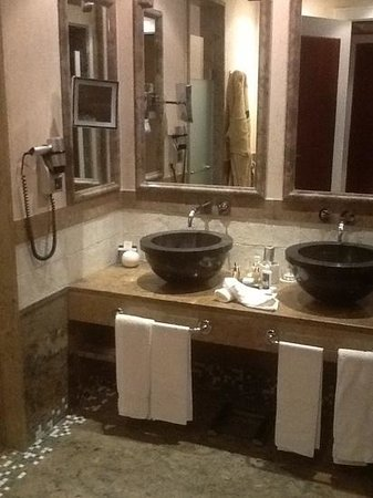 Grande Real Villa Italia Hotel & Spa : Main bathroom