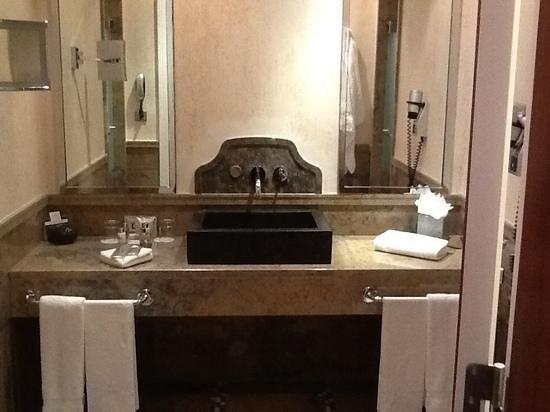 Grande Real Villa Italia Hotel & Spa: second bathroom - yes, the suite has two bathrooms