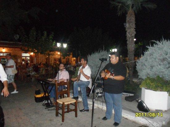 Bellos Hotel Apartments : Greek night.Old Hersonissos