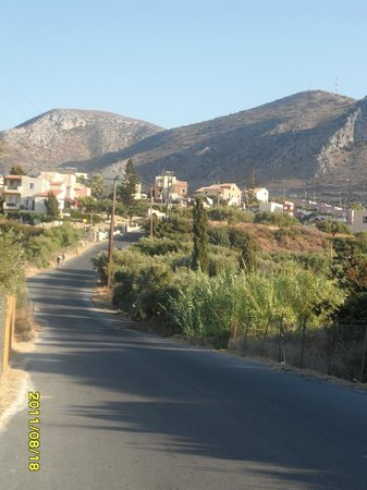 Bellos Hotel Apartments : The walk up to the hotel from the main road