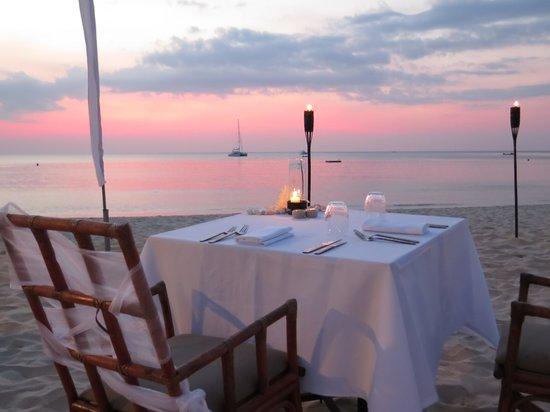 The Surin Phuket: Diner am Strand