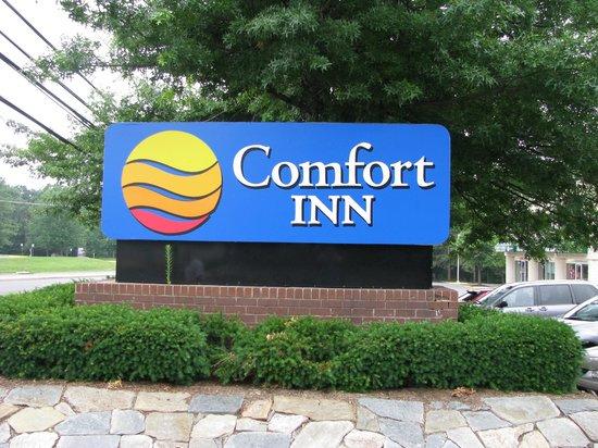 Comfort Inn Dulles International Airport: Реклама на дороге
