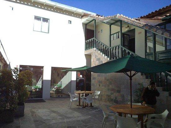 Casa Andina Classic Cusco Koricancha: patio interno, foto tomada desde las pc de uso publico, al frente el restaurant.