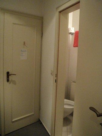 Hotel Goldener Hecht: Vestibule and Bath