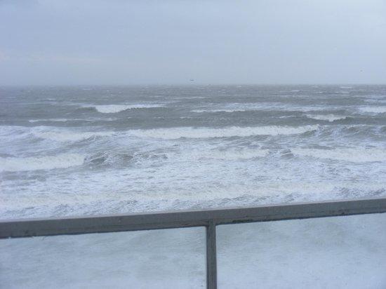 Sandbanks Hotel: Sea nearly up to Hotel defense wall!