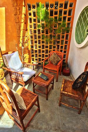 La Kaz : La terrasse de l'entrée aux allures un peu zen...