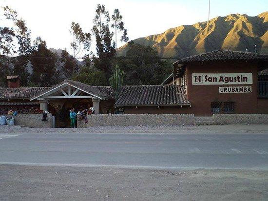 San Agustin Urubamba Hotel: vista cruzando la ruta