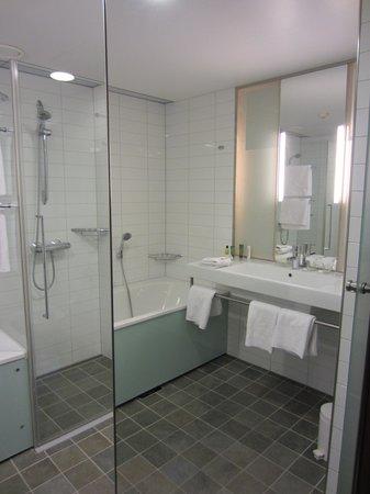 Hilton Helsinki Airport: Bathroom via mirror