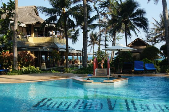 Bamboo Village Beach Resort & Spa: Вид на ресторан, бассейн и море