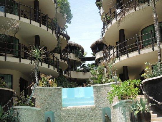 El Taj Oceanfront & Beachside Condos Hotel: Front of hotel