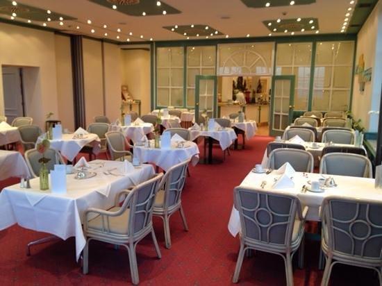 Steigenberger Grandhotel Petersberg: beim frühstück 8 morgens mit zeltplatzbestuhlung
