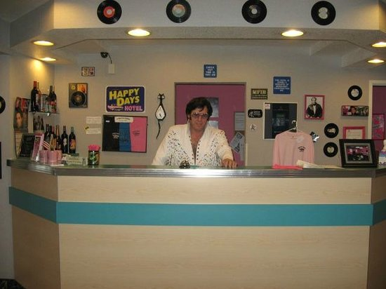 Happy Days Hotel: Elvis greetin guests at front desk