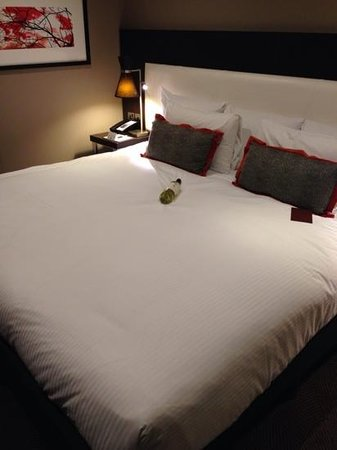 DoubleTree by Hilton London Ealing: Wine is for scale... HUGE bed