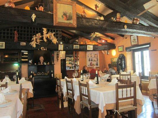 Kupela: Une belle salle avec des poutres apparentes