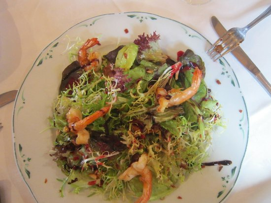 Kupela: Une salade de saison aux fruits secs et crevettes