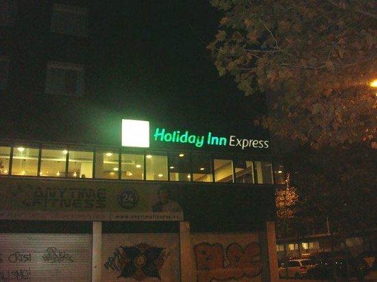 Holiday Inn Express Barcelona City 22: Entrada do hotel passa impressão de abandono
