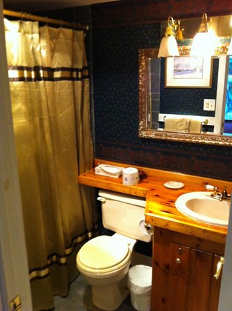 Cornell Inn Lenox: The bathroom in 'Frances'.