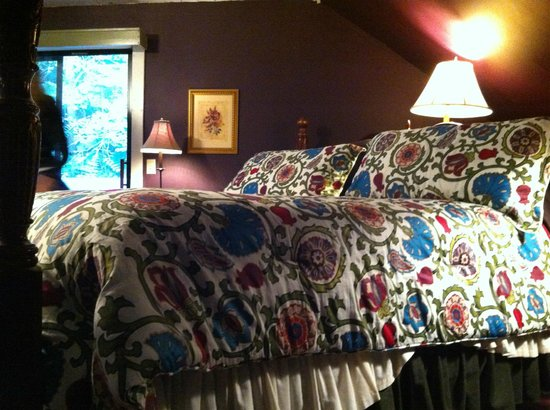Cornell Inn Lenox: A side profile of the bed in 'Frances', to try and convey its size!