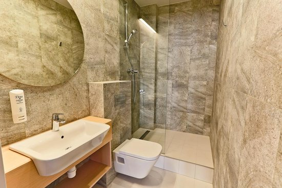 Sleep In Hostel & Apartments: One od seven shared bathrooms