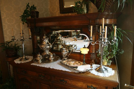 Old Consulate Inn: Dining Room Sideboard