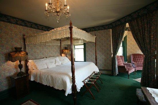 Old Consulate Inn: Master Suite Bedchamber