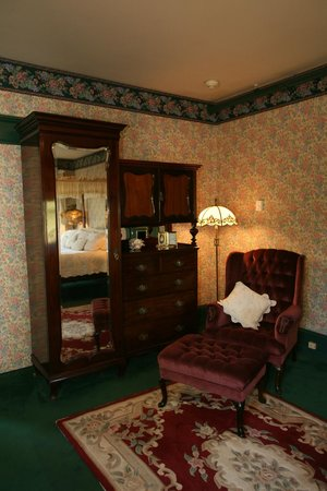 Old Consulate Inn: Master Suite Reading Wingback