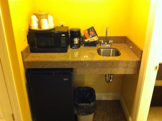The Golden Apple Inn: The kitchenette in our room.