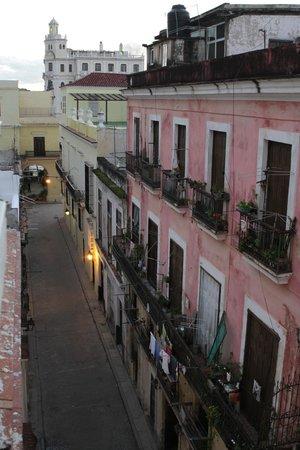 Hostal Chez Nous La Habana Cuba: Vue de la chambre sur la Plaza Viéja