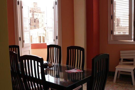 Hostal Chez Nous La Habana Cuba: Salle à manger commune à 3 chambres à notre disposition, il y a une petite cuisine également