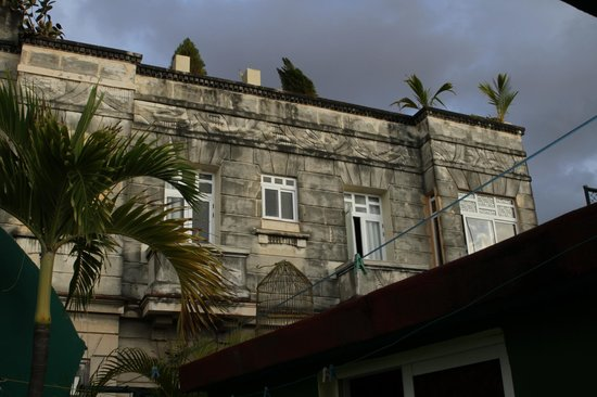 Hostal Chez Nous La Habana Cuba: Vu sur notre chambre et sa salle de bain, 2 fenêtres de droite