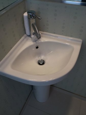 SpringHill Suites Irvine John Wayne Airport/Orange County: Sink in the toilet room (WC)