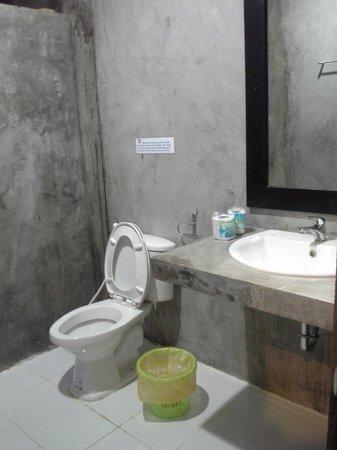 Phi Phi Andaman Legacy : la salle de bain en béton vitrifié