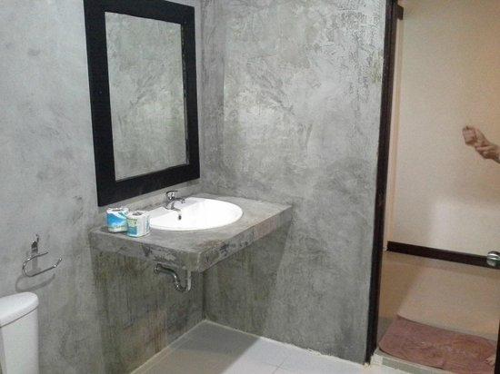 Phi Phi Andaman Legacy: la salle de bain en béton vitrifié