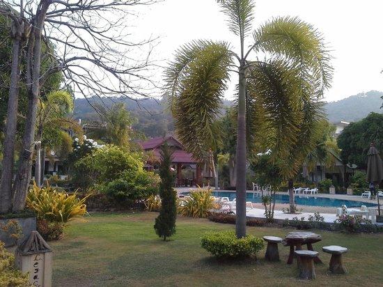 Phi Phi Andaman Legacy : le parc et la piscine