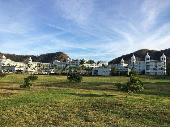 Hotel Riu Palace Costa Rica: Front View desde la Playa