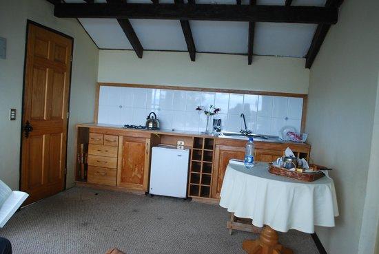 Hotel & Cabanas Centinela: sector acceso y kitchnette , area con alfombra sucia