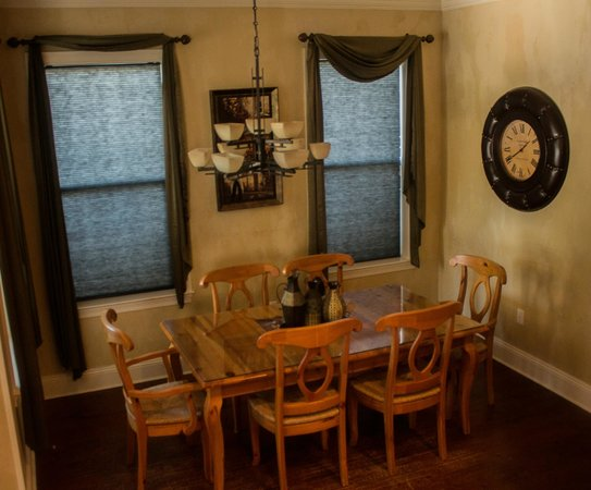 Villages of Crystal Beach: Dining room