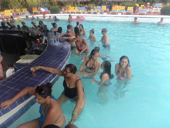 Catalonia Bavaro Beach, Casino & Golf Resort: Bar piscina