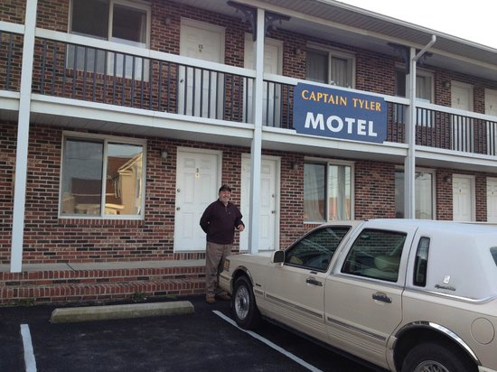 Paddlewheel Motel: Front of the motel