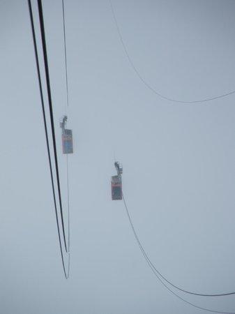 Cantur: Tleférico entre la niebla