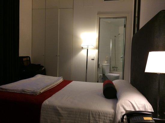 Quatro Puerta del Sol Hotel : queen size bed