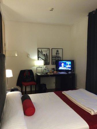 Quatro Puerta del Sol Hotel : flat tv