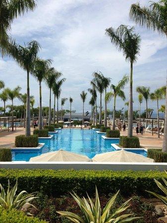 Hotel Riu Palace Costa Rica: Walking down to the pool area