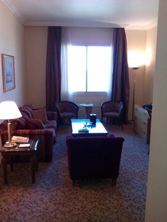Gefinor Rotana Hotel: Living