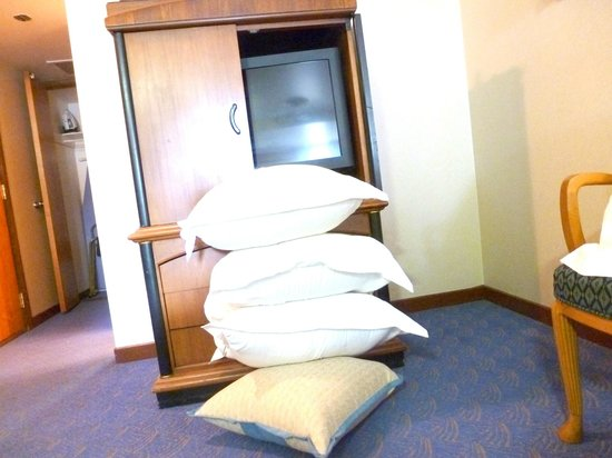 The Queen Mary: Giant Pillows without any give