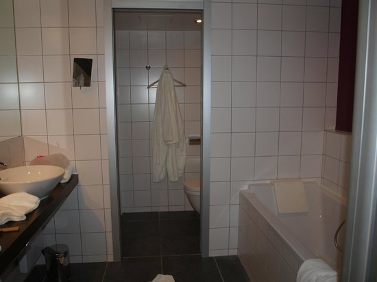 BEST WESTERN PLUS Hotel de la Paix: bathroom with tub, separate shower room and toilet