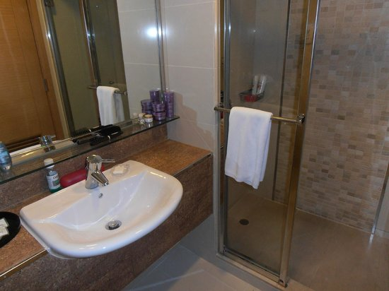 Park Hotel Hong Kong: Well appointed bathroom