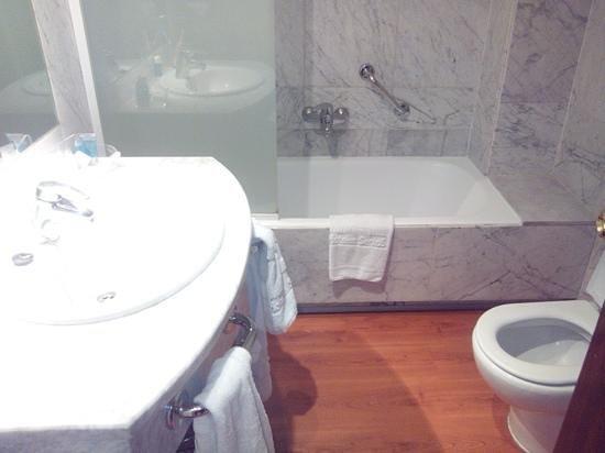 Hotel Agumar : Baño amplio y bien equipado
