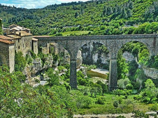 Le site cathare de Minerve: Closer view of the beautiful arched bridge that leads to Minerve