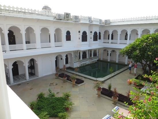 Amet Haveli: Pool courtyard